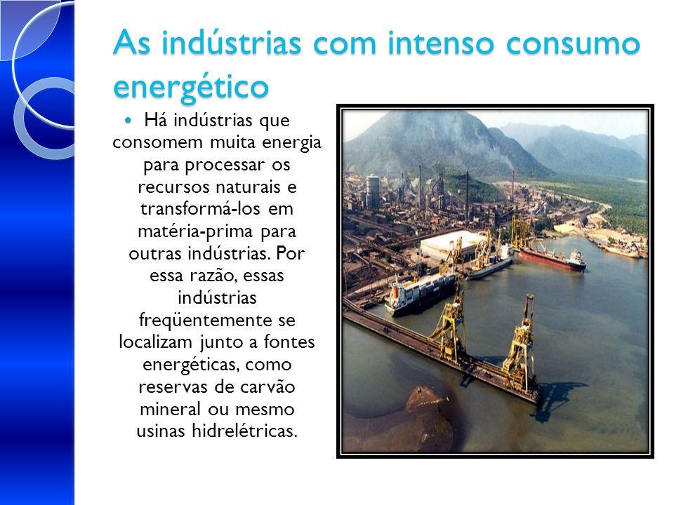 As indústrias com intenso consumo energético Há indústrias que consomem muita energia para processar os recursos naturais e transformá-los em matéria-