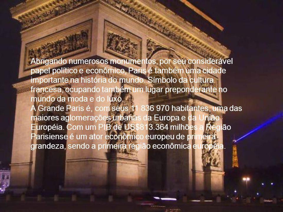 Abrigando numerosos monumentos, por seu considerável papel político e econômico, Paris é também uma cidade importante na história do mundo. Símbolo da