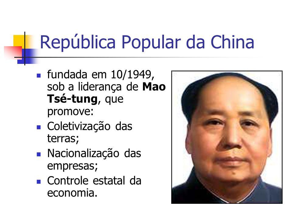 1950: alinhamento com a URSS; 1958/60: campanha O grande salto para a frente, que acaba desorganizando o país (colapso), com a morte por fome de milhares de camponeses; 1960: URSS rompe com a China=> busca de um modelo próprio de desenvolvimento; 1976: morte de Mao Tse-tung, assumindo o poder Deng Xiaoping com a política das 4 Grandes Modernizações (indústria, agricultura, ciência e tecnologia e Forças Armadas), que cria as ZEEs no litoral e permite a propriedade privada no campo;