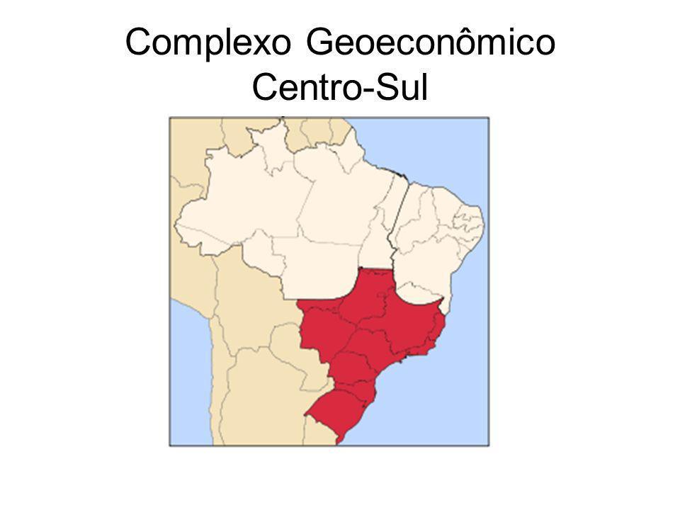 Com cerca de 2 milhões de km², o complexo regional do Centro-Sul abrange a maior parte de Minas Gerais,Mato Grosso do Sul,Espírito Santo,Paraná, Santa Catarina,Rio Grande do Sul,São Paulo e Rio de Janeiro.Corresponde as terras das regiões Sudeste,Sul e Centro- Oeste.É o complexo regional mais importante e o centro econômico da nação,com mais de 60% da população brasileira.Ai estão 16 das 22 áreas metropolitanas do país.