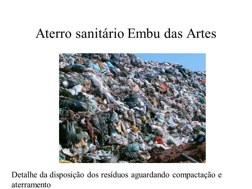 Aterro sanitário Embu das Artes Detalhe da disposição dos resíduos aguardando compactação e aterramento