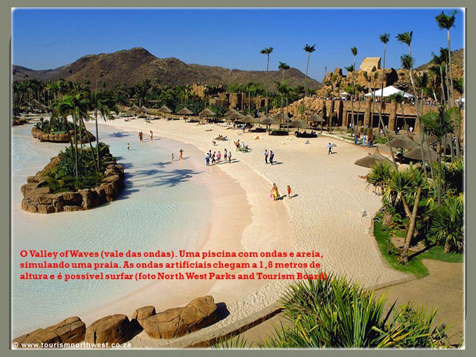O Valley of Waves (vale das ondas). Uma piscina com ondas e areia, simulando uma praia. As ondas artificiais chegam a 1,8 metros de altura e é possíve