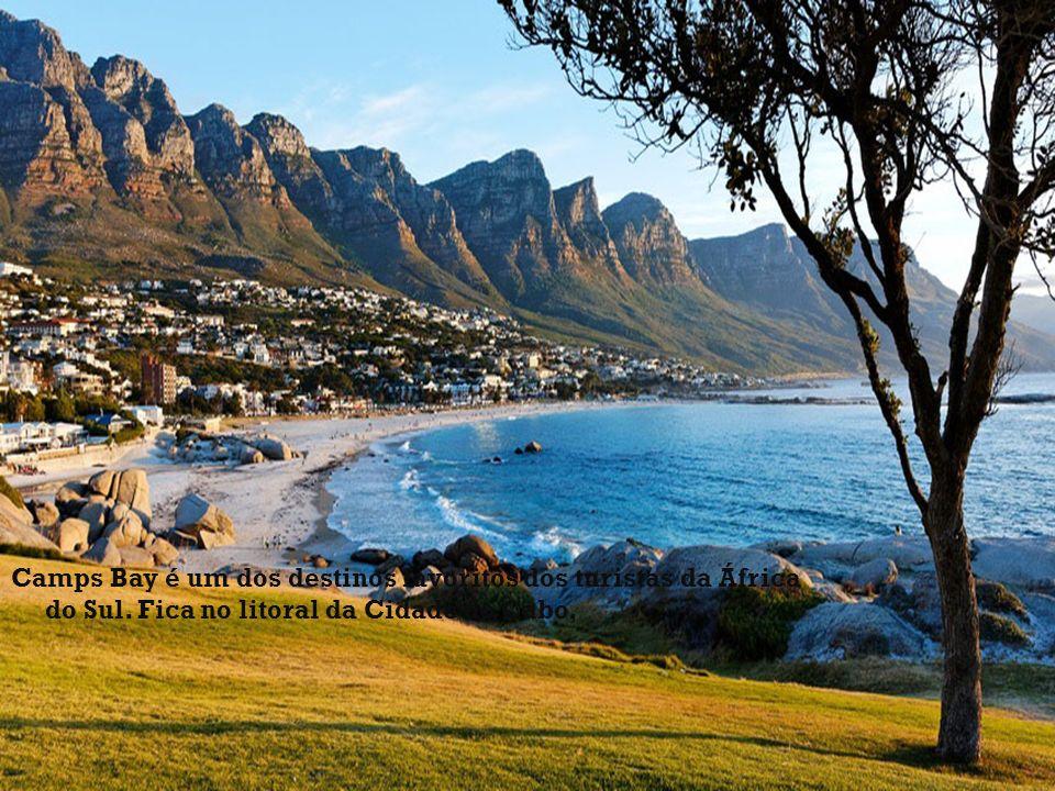 Camps Bay é um dos destinos favoritos dos turistas da África do Sul. Fica no litoral da Cidade do Cabo,