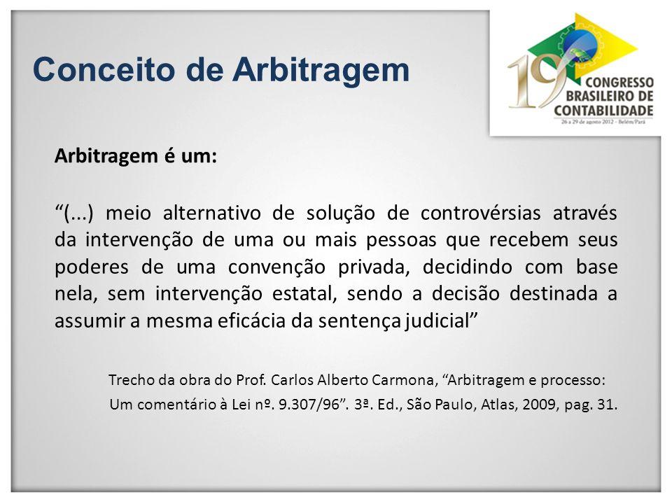 Conceito de Arbitragem Arbitragem é um: (...) meio alternativo de solução de controvérsias através da intervenção de uma ou mais pessoas que recebem s