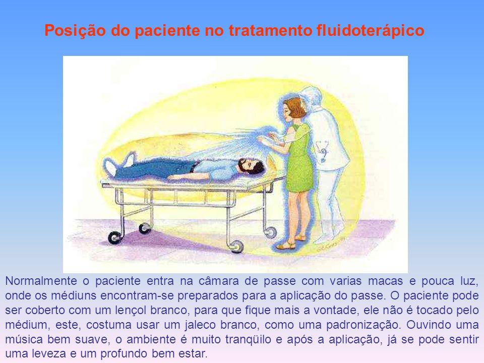 Posição do paciente no tratamento fluidoterápico Normalmente o paciente entra na câmara de passe com varias macas e pouca luz, onde os médiuns encontr