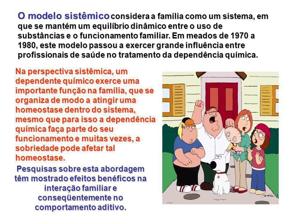 O modelo sistêmico considera a família como um sistema, em que se mantém um equilíbrio dinâmico entre o uso de substâncias e o funcionamento familiar.