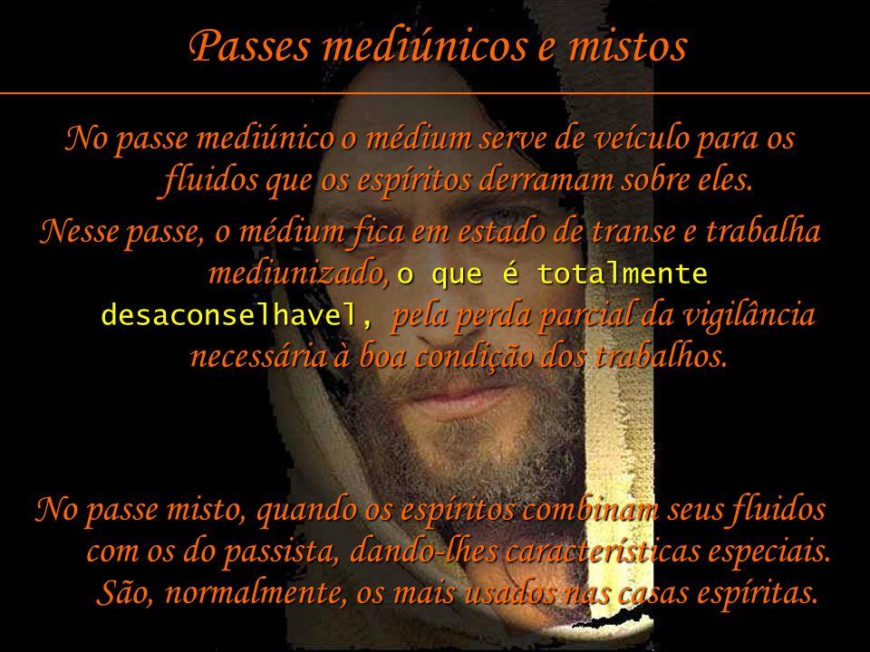 13 Passes mediúnicos e mistos No passe mediúnico o médium serve de veículo para os fluidos que os espíritos derramam sobre eles. Nesse passe, o médium