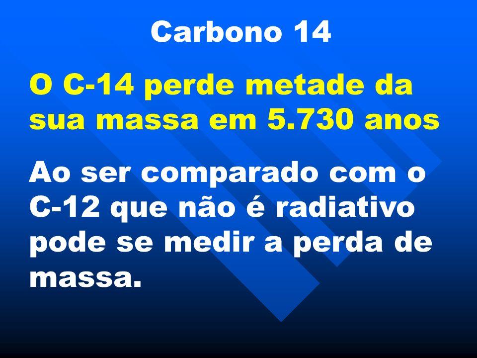 Carbono 14 O C-14 perde metade da sua massa em 5.730 anos Ao ser comparado com o C-12 que não é radiativo pode se medir a perda de massa.