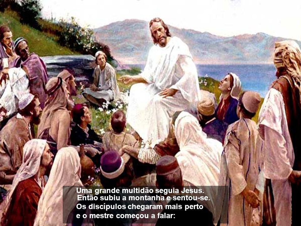 Uma grande multidão seguia Jesus.Então subiu a montanha e sentou-se.