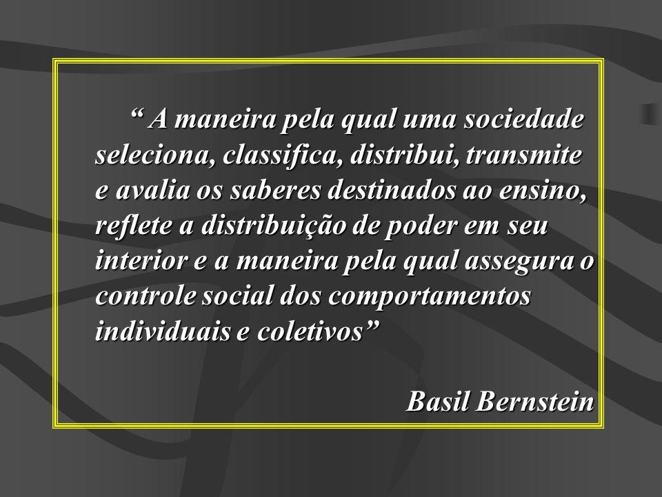 A maneira pela qual uma sociedade seleciona, classifica, distribui, transmite e avalia os saberes destinados ao ensino, reflete a distribuição de pode