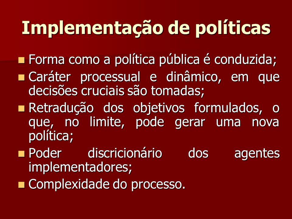 Implementação de políticas Forma como a política pública é conduzida; Forma como a política pública é conduzida; Caráter processual e dinâmico, em que