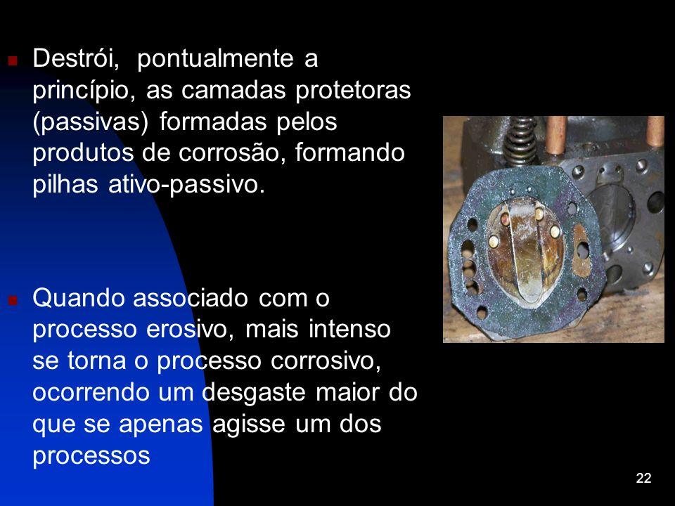 Destrói, pontualmente a princípio, as camadas protetoras (passivas) formadas pelos produtos de corrosão, formando pilhas ativo-passivo. Quando associa