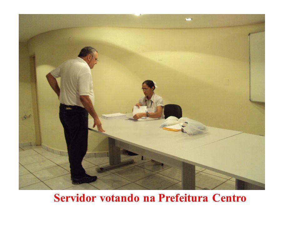Servidor votando na Prefeitura Centro