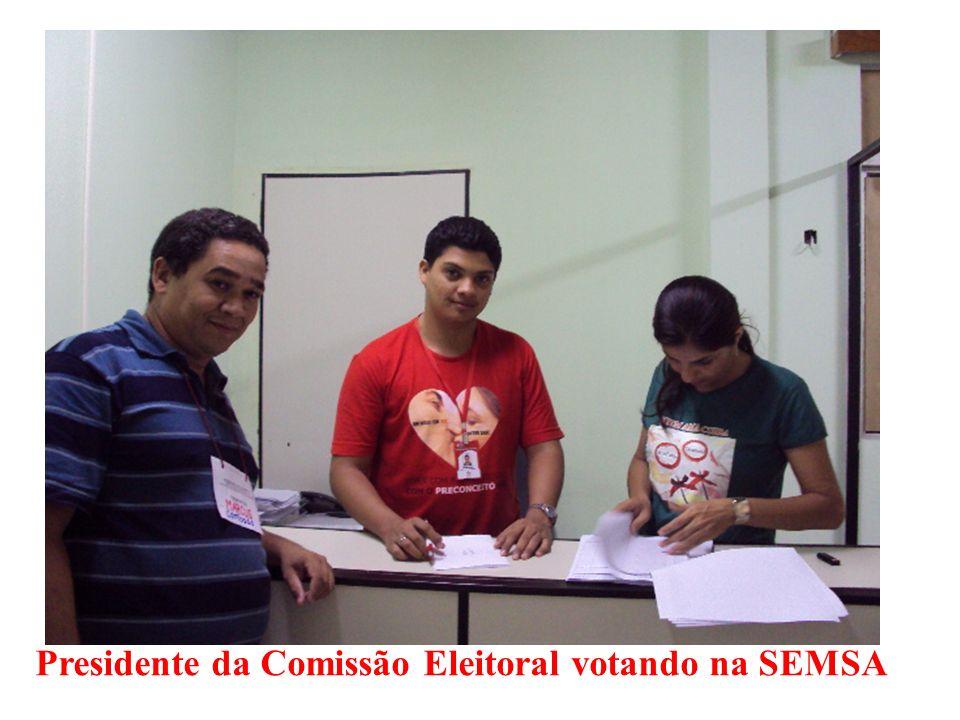 Presidente da Comissão Eleitoral votando na SEMSA