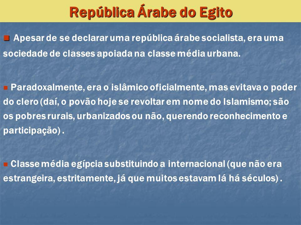 Apesar de se declarar uma república árabe socialista, era uma sociedade de classes apoiada na classe média urbana. Paradoxalmente, era o islâmico ofic