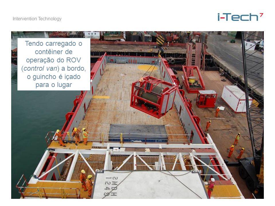 Intervention Technology Tendo carregado o contêiner de operação do ROV (control van) a bordo, o guincho é içado para o lugar