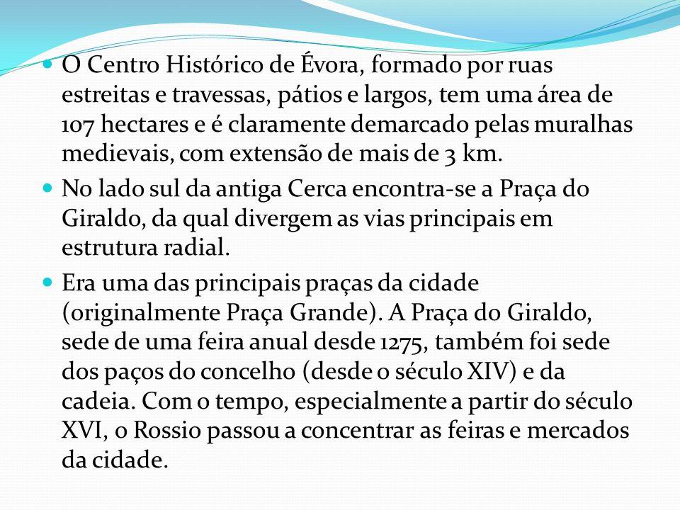 O Centro Histórico de Évora, formado por ruas estreitas e travessas, pátios e largos, tem uma área de 107 hectares e é claramente demarcado pelas mura