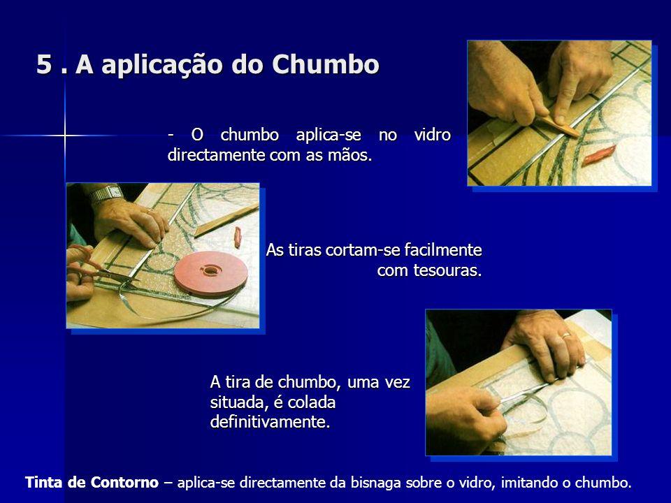5. A aplicação do Chumbo - O chumbo aplica-se no vidro directamente com as mãos. A tira de chumbo, uma vez situada, é colada definitivamente. As tiras