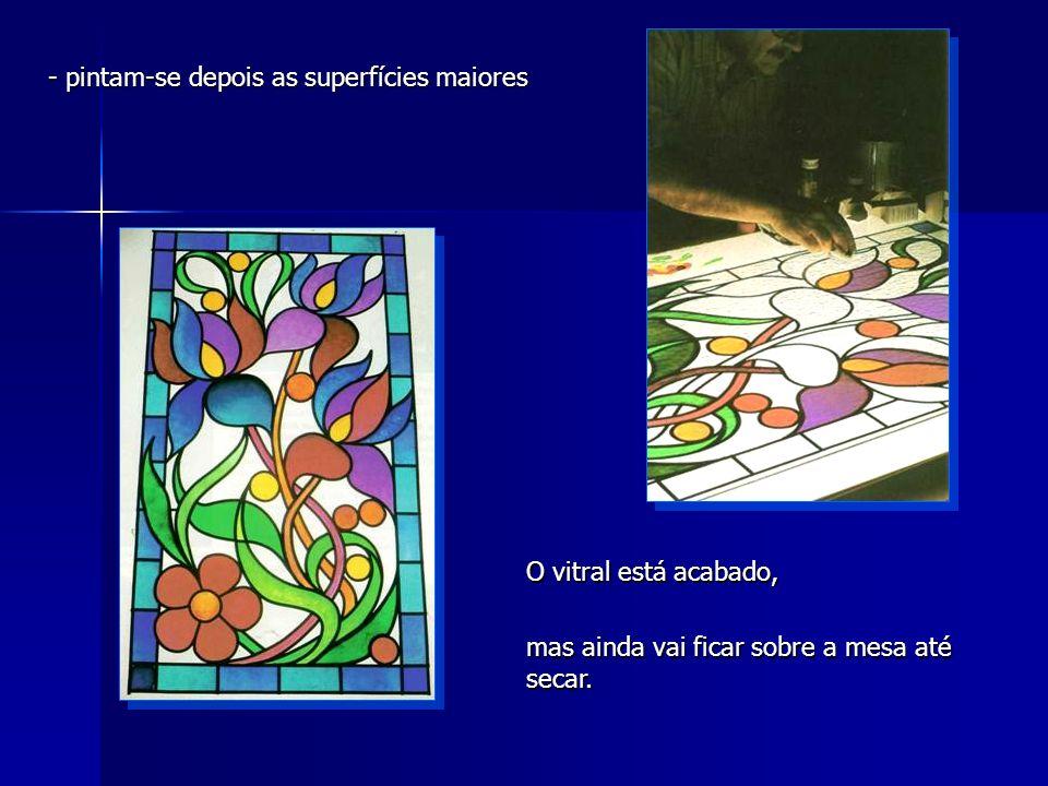 - pintam-se depois as superfícies maiores O vitral está acabado, mas ainda vai ficar sobre a mesa até secar.