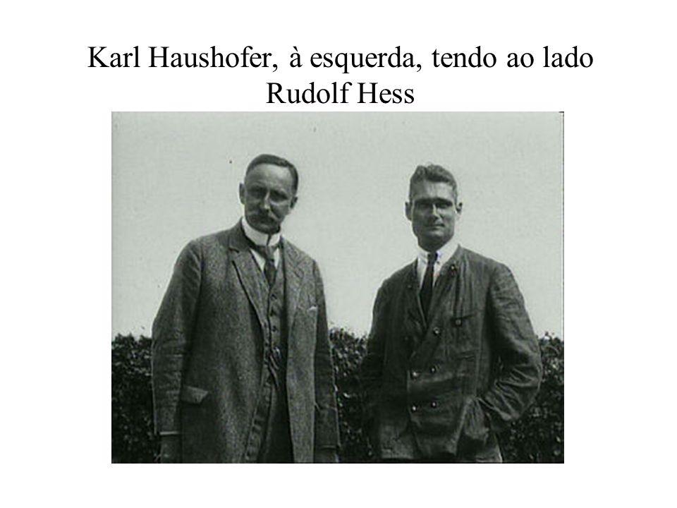 Karl Haushofer, à esquerda, tendo ao lado Rudolf Hess