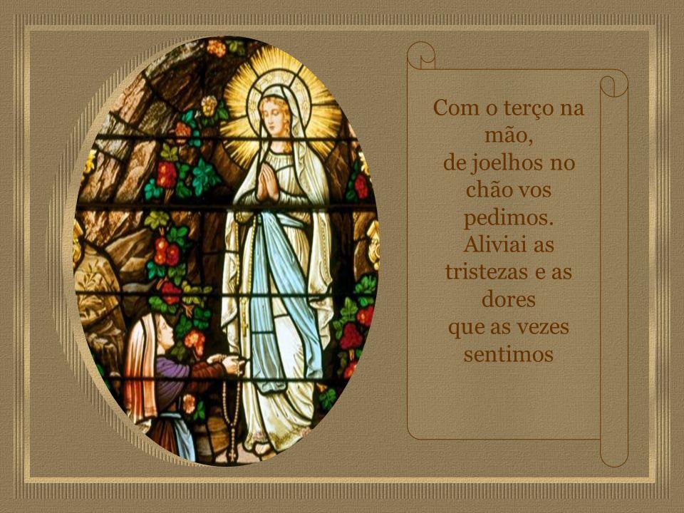 Com o terço na mão peço a vós, minha Nossa Senhora. Por nós todos rogai a Deus Pai. Vos pedimos agora.