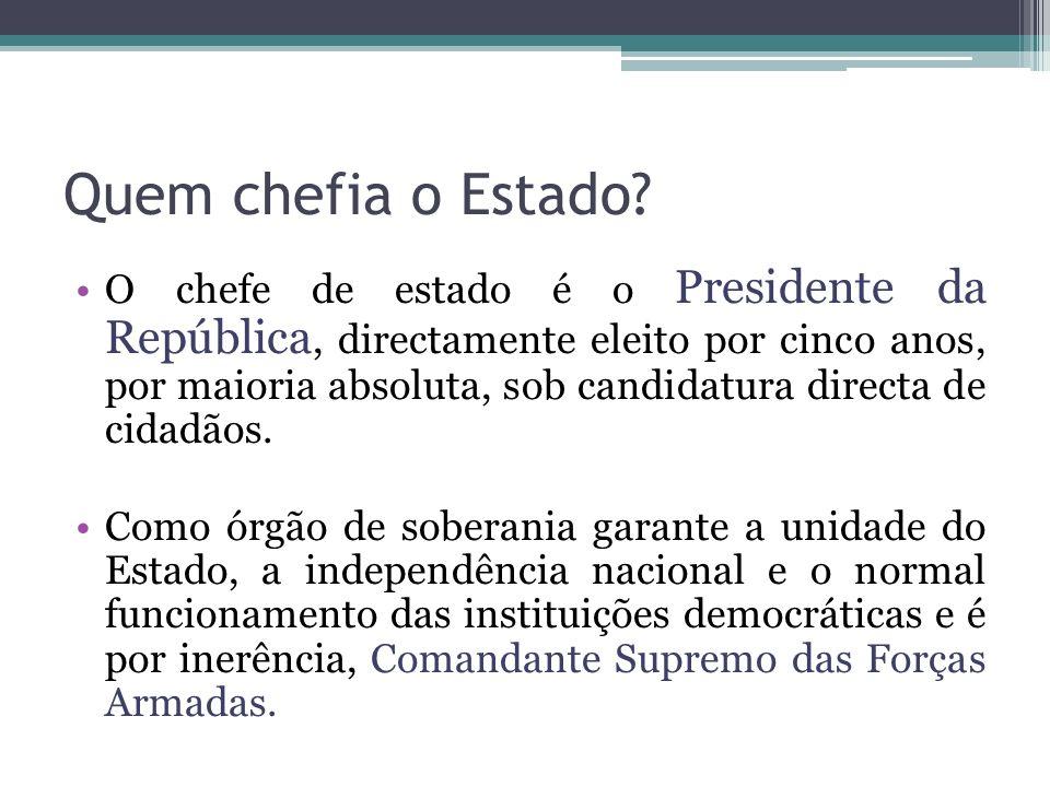Quem chefia o Estado? O chefe de estado é o Presidente da República, directamente eleito por cinco anos, por maioria absoluta, sob candidatura directa