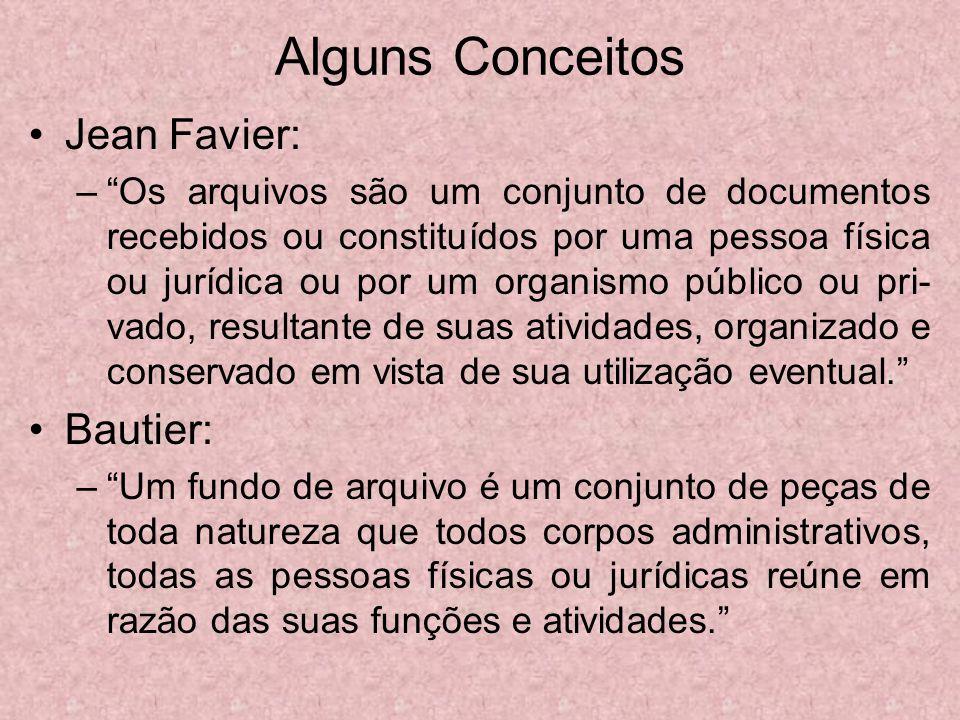 Alguns Conceitos Jean Favier: –Os arquivos são um conjunto de documentos recebidos ou constituídos por uma pessoa física ou jurídica ou por um organis
