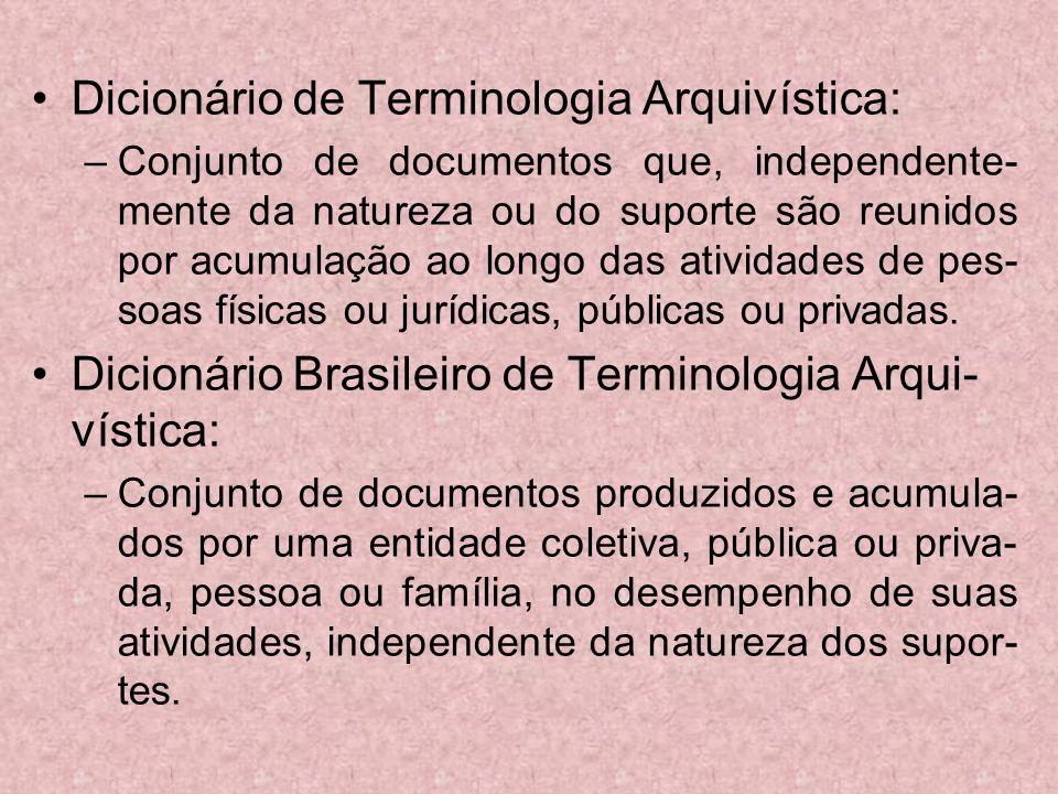 Dicionário de Terminologia Arquivística: –Conjunto de documentos que, independente- mente da natureza ou do suporte são reunidos por acumulação ao lon