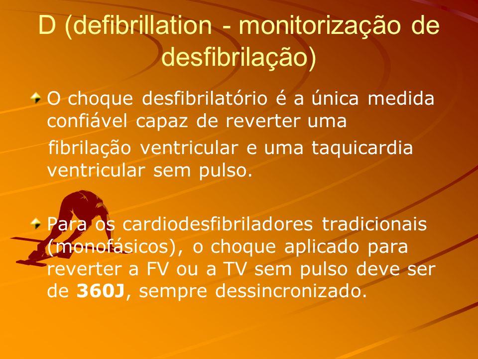 Antes de intubar o paciente, as massagens cardíacas devem ser alternadas com as ventilações, na relação de 30:2, ou seja, 30 massagens seguidas por 2