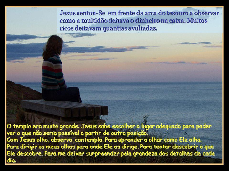 Naquele tempo, Jesus ensinava a multidão, dizendo: – Acautelai-vos dos escribas, que gostam de exibir longas vestes, de receber cumprimentos nas praça