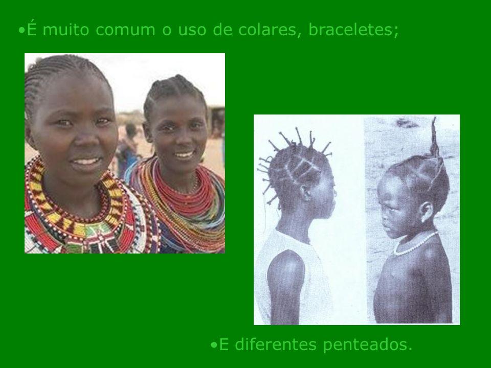 É muito comum o uso de colares, braceletes; E diferentes penteados.