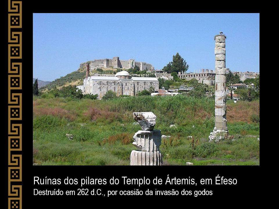 Ruínas dos pilares do Templo de Ártemis, em Éfeso Destruído em 262 d.C., por ocasião da invasão dos godos