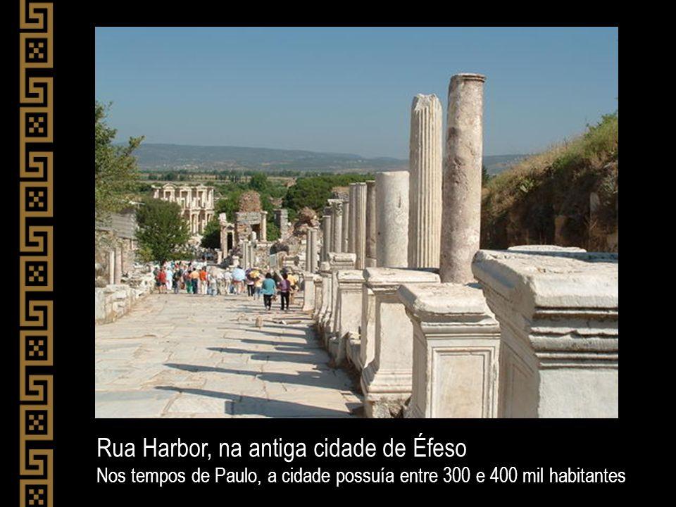 Rua Harbor, na antiga cidade de Éfeso Nos tempos de Paulo, a cidade possuía entre 300 e 400 mil habitantes
