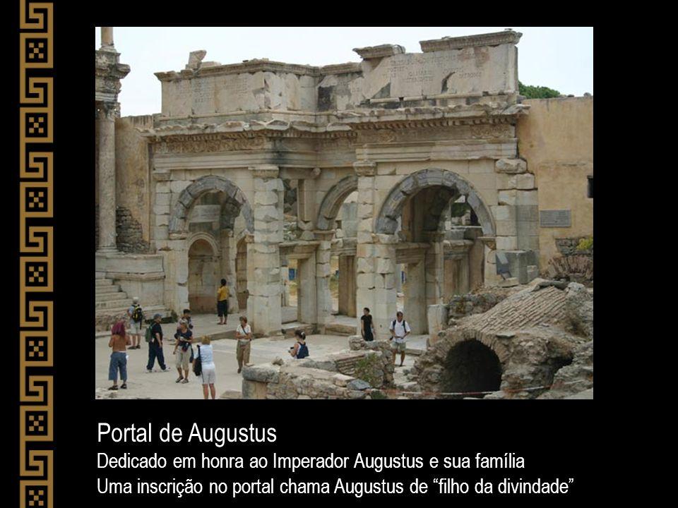 Portal de Augustus Dedicado em honra ao Imperador Augustus e sua família Uma inscrição no portal chama Augustus de filho da divindade