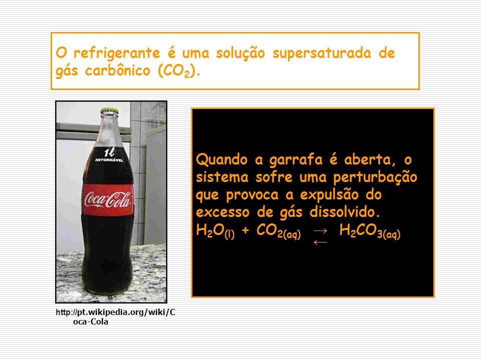 O refrigerante é uma solução supersaturada de gás carbônico (CO 2 ). Quando a garrafa é aberta, o sistema sofre uma perturbação que provoca a expulsão