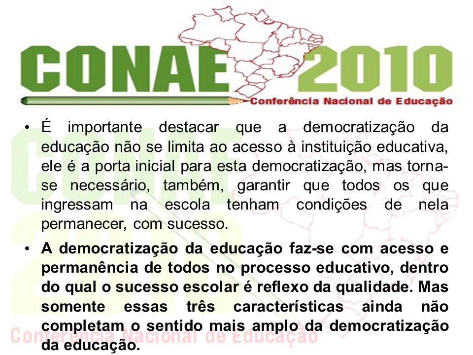 É importante destacar que a democratização da educação não se limita ao acesso à instituição educativa, ele é a porta inicial para esta democratização