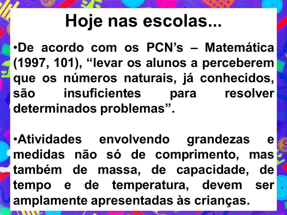 Hoje nas escolas... De acordo com os PCNs – Matemática (1997, 101), levar os alunos a perceberem que os números naturais, já conhecidos, são insuficie