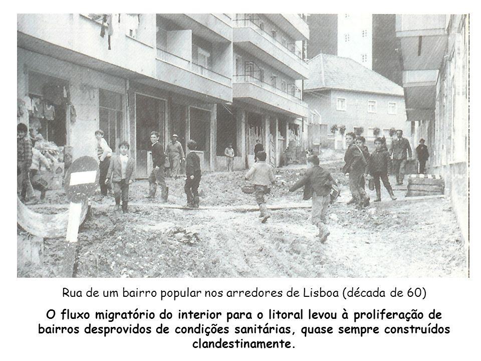 Rua de um bairro popular nos arredores de Lisboa (década de 60) O fluxo migratório do interior para o litoral levou à proliferação de bairros desprovi