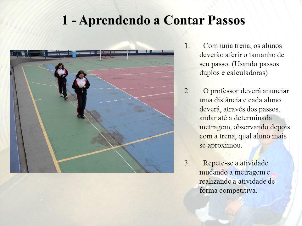1. Com uma trena, os alunos deverão aferir o tamanho de seu passo. (Usando passos duplos e calculadoras) 2. O professor deverá anunciar uma distância