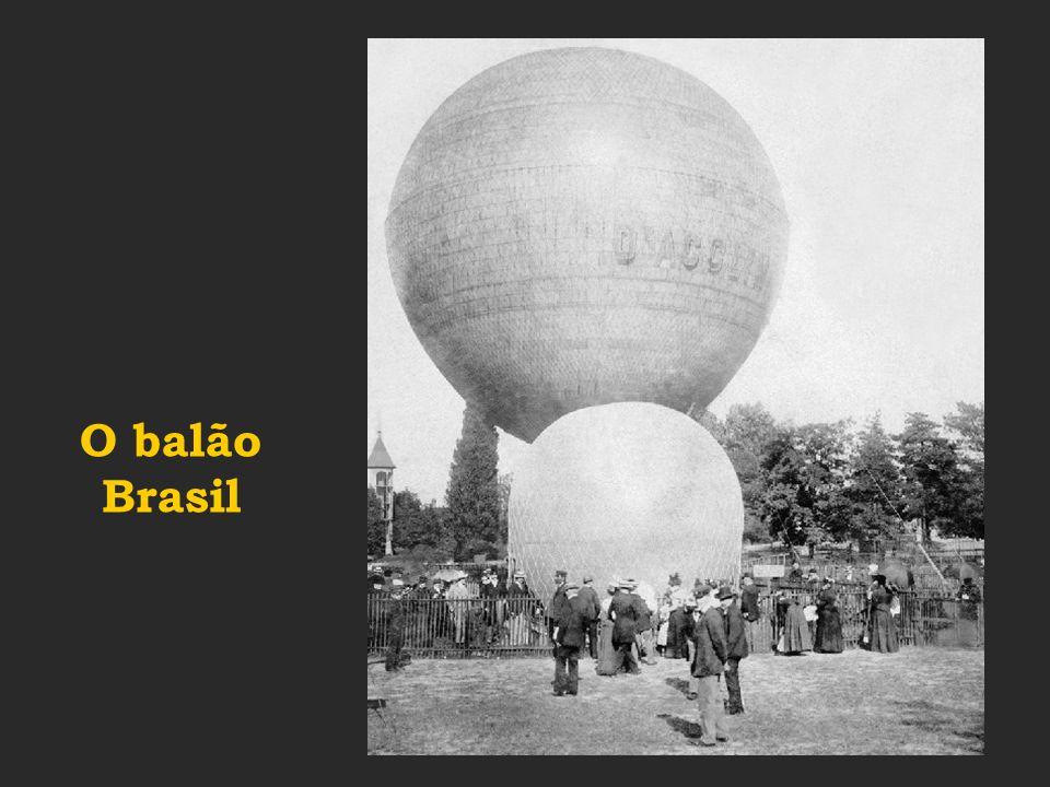 Santos Dumont percorre 220 metros voando com o 14 bis a baixa altura...