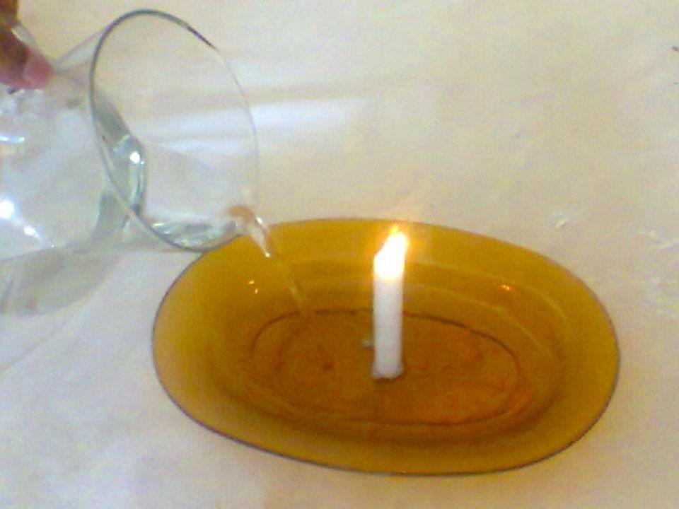 Terceiro passo: Coloque a garrafa de vidro sobre a vela