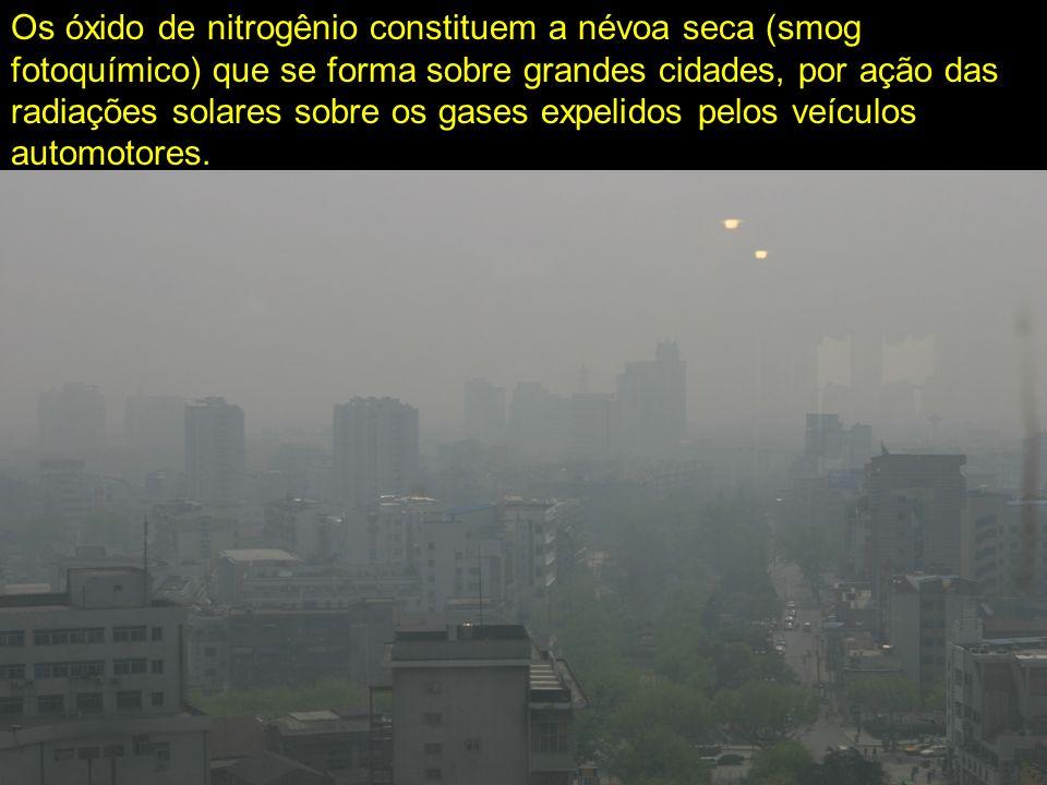 Os óxido de nitrogênio constituem a névoa seca (smog fotoquímico) que se forma sobre grandes cidades, por ação das radiações solares sobre os gases ex