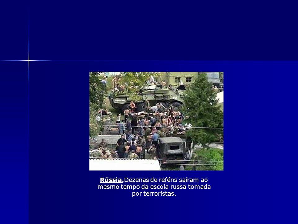 Escola de Beslan Na manhã de 1 de setembro, um grupo de 30 homens e mulheres armados, presumivelmente munidos com cintos explosivos manteram mais de m