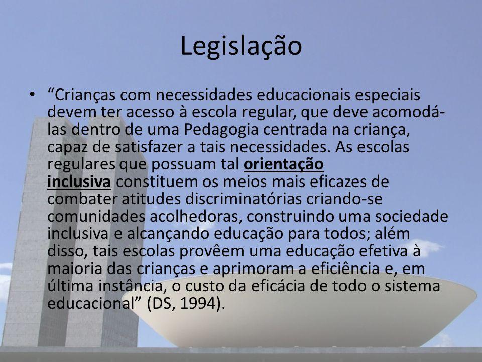 Legislação Crianças com necessidades educacionais especiais devem ter acesso à escola regular, que deve acomodá- las dentro de uma Pedagogia centrada