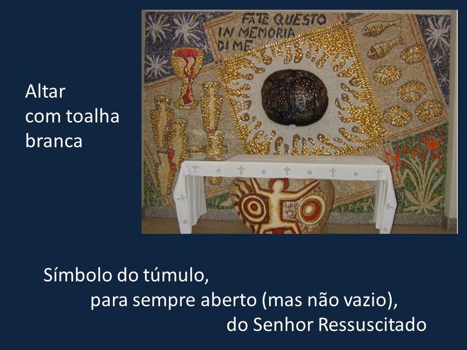 Símbolo do túmulo, para sempre aberto (mas não vazio), do Senhor Ressuscitado Altar com toalha branca