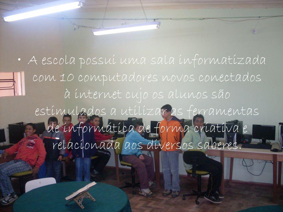 A escola possui uma sala informatizada com 10 computadores novos conectados à internet cujo os alunos são estimulados a utilizar as ferramentas de inf