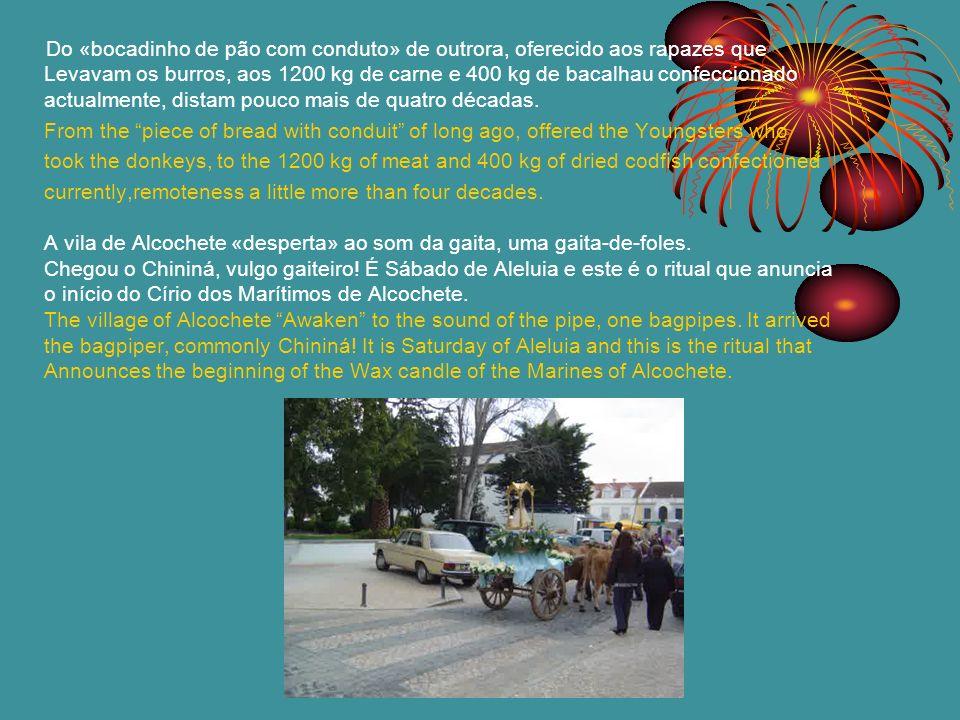 No dia seguinte, Domingo de Páscoa, à medida que a tarde avança, as pessoas vão perfilando nas ruas da Vila, ansiosas por um dos momentos mais altos das comemorações - «o cortejo de burros».
