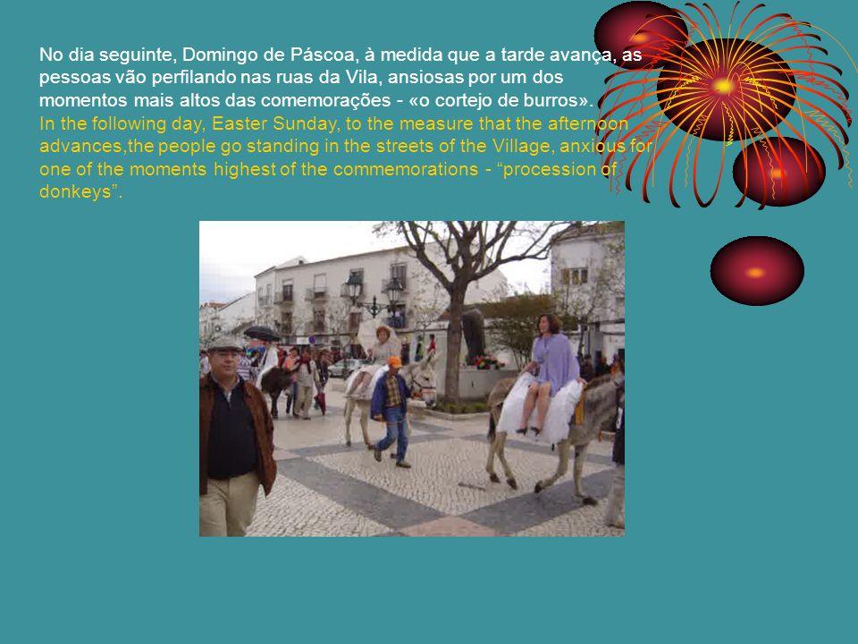 No dia seguinte, Domingo de Páscoa, à medida que a tarde avança, as pessoas vão perfilando nas ruas da Vila, ansiosas por um dos momentos mais altos d