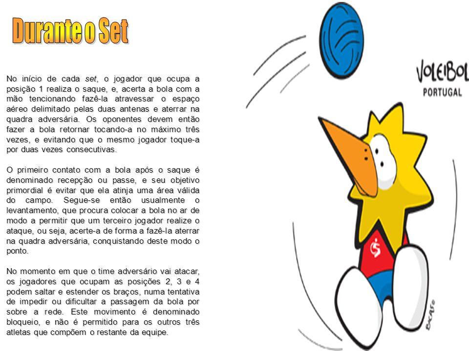 No início de cada set, o jogador que ocupa a posição 1 realiza o saque, e, acerta a bola com a mão tencionando fazê-la atravessar o espaço aéreo delim