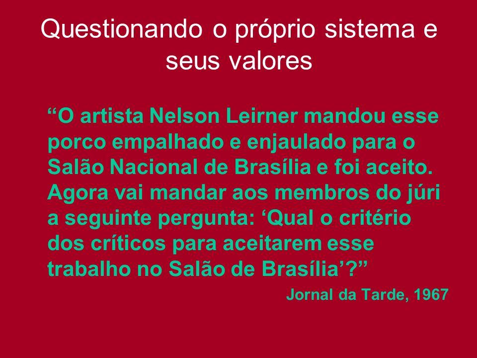 Questionando o próprio sistema e seus valores O artista Nelson Leirner mandou esse porco empalhado e enjaulado para o Salão Nacional de Brasília e foi